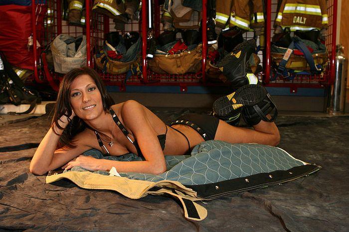 Пожарник приходит домой и рассказывает жене о новой тревожной системе