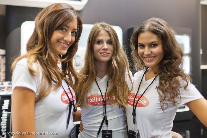Девушки с выставки IFA (30 фотографий)