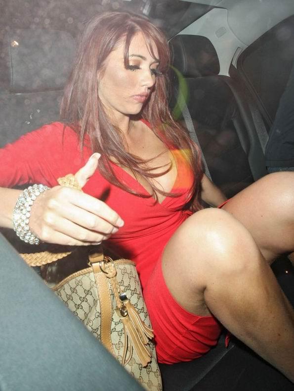 Эми Чайлдс в платье с глубоким декольте (9 фотографий)