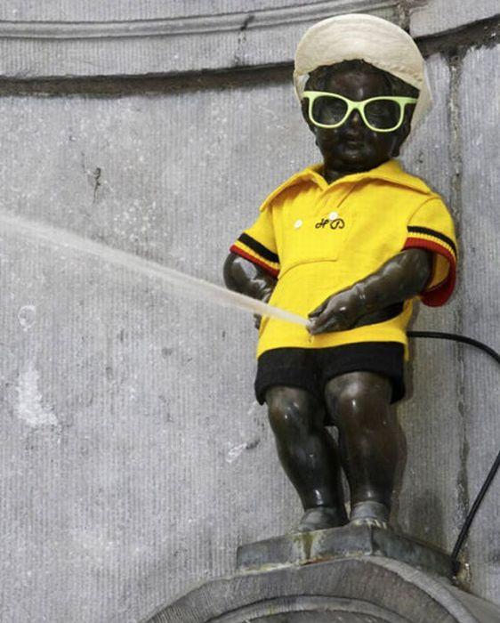 Peeing Boy Statue in Brussels - Manneken Pis - Clothes