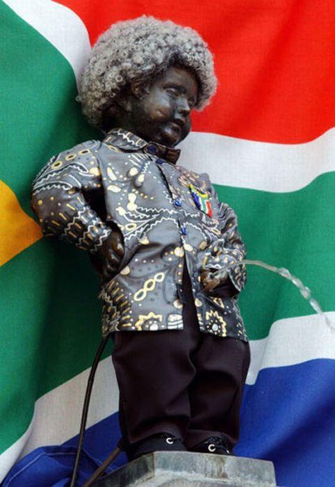 Одежды статуи писающего мальчика в Брюсселе