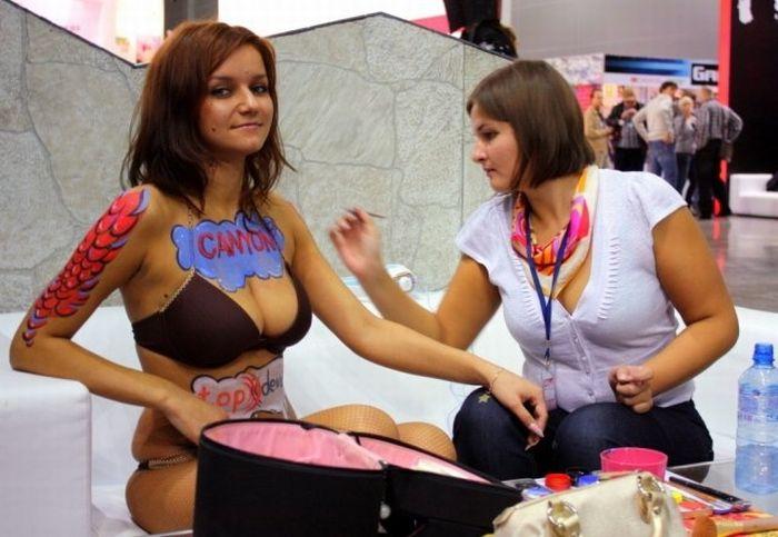 Привлекательные девушки с фестиваля ИгроМир (28 фотографий)