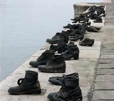 Старая обувь на берегу Дуная