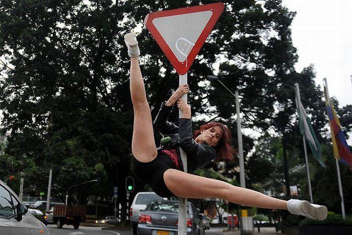 Танцы на дорожных знаках (9 фотографий)