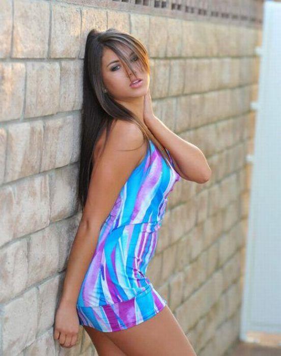 Девушки в коротких платьях (30 фотографий)