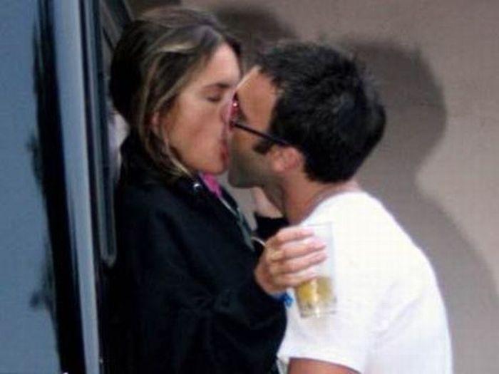 Он и она целуются…