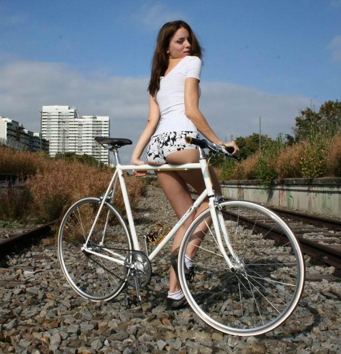 Симпатичные девушки на велосипедах (13 фото)