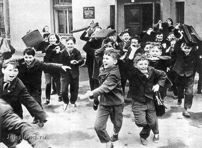 В младших классах мальчики бьют девочек портфелями