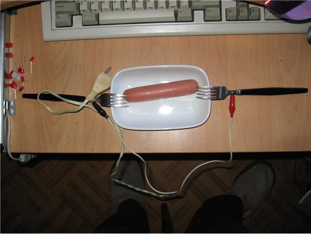 Жарим сосиски электрическим током