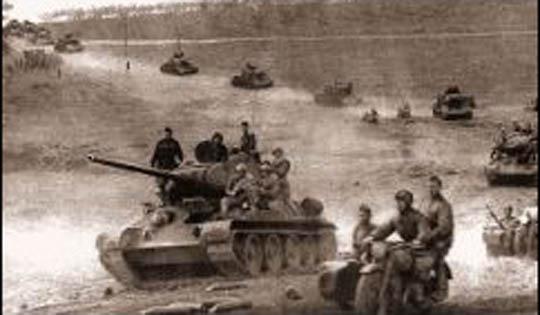 ВОВ мотоцикл и танк в бою