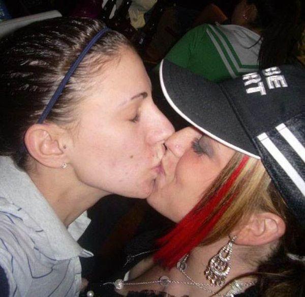 девушек которые целуются во время новогодних вечеринок