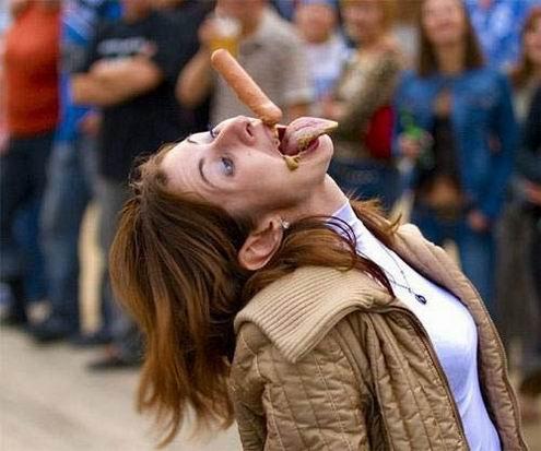 Девушки ловят ртом еду (46 фотографий)