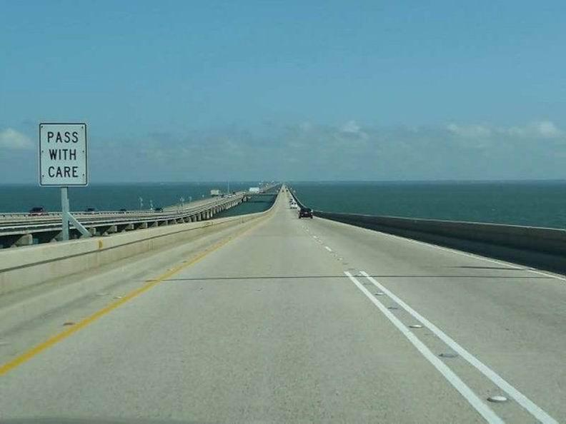 Самый длинный в мире мост-дамба расположен в США и проходит через озеро Понтчартрейн, штат Луизиана. Мост состоит из двух самостоятельных дорог. Та, что длиннее - 38 километров и 420 метров. Общее число бетонных свай моста превышает 9 000!