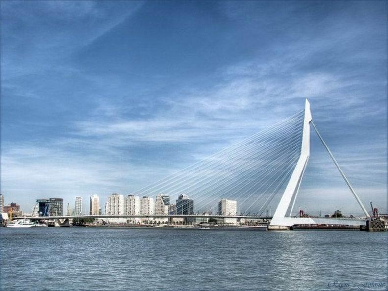 В голландском Роттердаме расположен еще один <рекордсмен>, который называется мост Эразма. Он состоит из двух конструкций и является одноопорным висячим мостом. Перед вами самый длинный в мире разводной мост Erasmusbrug . Его длина - 802 метра.