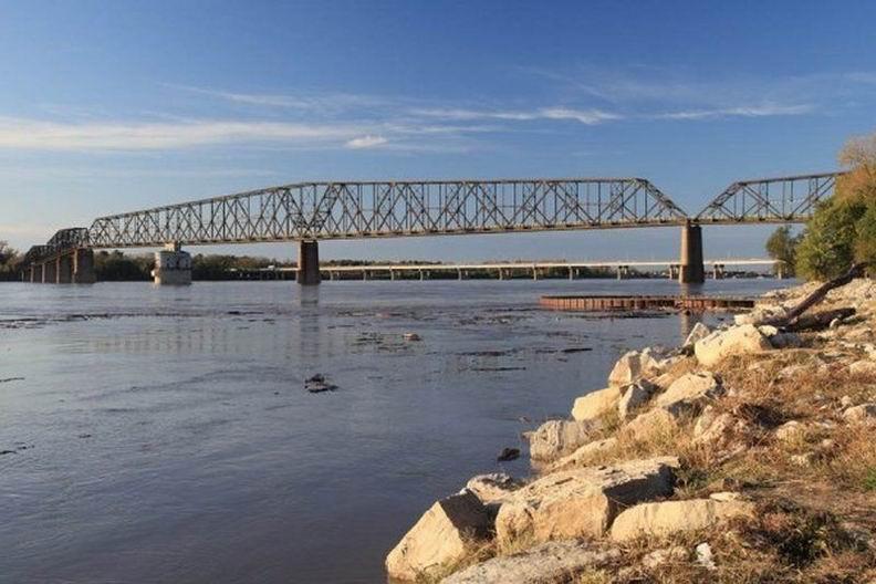 Самым длинным в мире велосипедно-пешеходным мостом является мост Old Chain of Rocks Bridge, расположенный на реке Миссисипи в штате Иллинойс. До 1967 года через этот мост проходило легендарное шоссе 66 (Route 66), однако впоследствии маршрут был изменен. 31 год мост по сути пустовал, пока в 1999-м его не обозначили официально как велосипедно-пешеходный. Общая длина моста - 1631 метр.