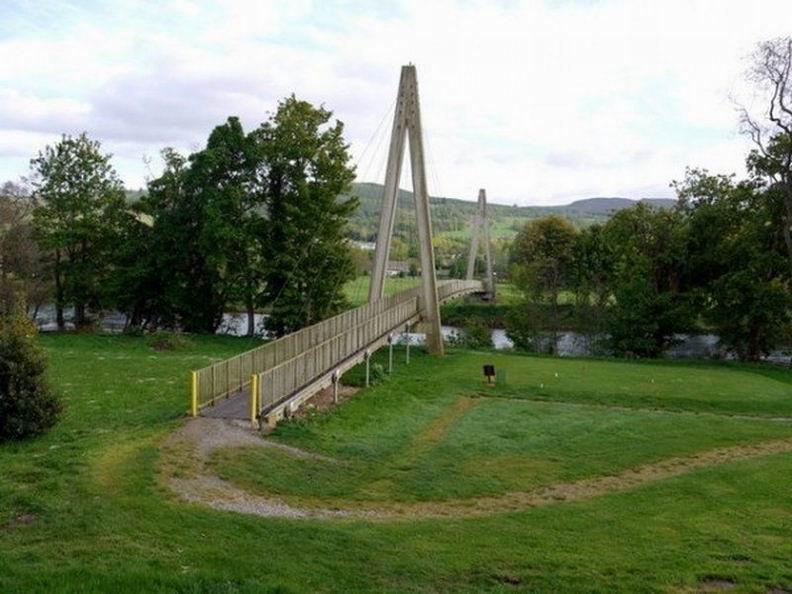 Забавный самый длинный мост из пластика находится в шотландском городке Аберфелди и ведет в местный гольф-клуб. Общая длина моста Wade - 113 метров.
