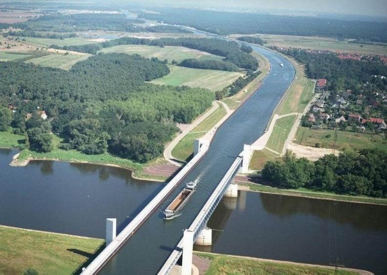 Самый длинный мост-акведук (водный мост) расположен в немецком городе Магдебург. Он позволяет пересекаться двум каналам - Среднегерманскому и каналу, соединяющему реки Эльба и Хафель. Общая длина моста - 918 метров и кроме кораблей по нему могут ходить пешеходы.