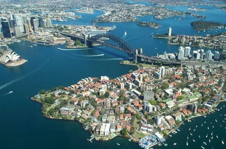 Источники утверждают, что если рассматривать понятие <самый высокий мост> по отношению к высоте над уровнем моря, то самым высоким мостом должен быть мост Бейли в индийских Гималаях, расположенный в долине Ладакх. Если учесть, что сама долина в среднем находится на высоте 5602 метра - вывод прост. Вот только ни одного снимка моста нет. Поэтому верим на слово.    Самый широкий большепролетный мост в мире, расположен в австралийском городе Сидней и проходит через всю городскую гавань. Ширина Sydney Harbour Bridge составляет целых 49 метров, при длине - 1149 метров. Он вмещает в себя велосипедную и пешеходную дорожки, два железнодорожных полотна и восьмиполосную магистраль для автомобилей. Общая масса конструкций моста из стали составляет 52 800 тонн.