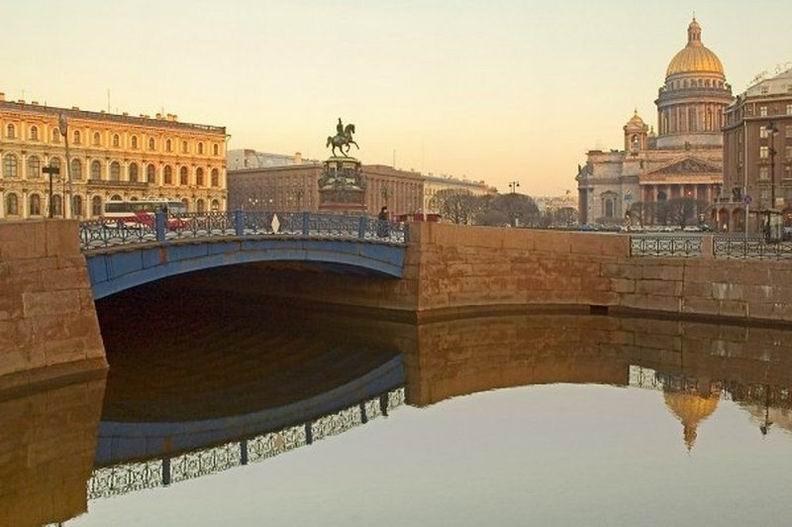 Ну а если рассматривать все мосты, то окажется, что самый широкий мост расположен… в Санкт-Петербурге! Он проходит через реку Мойка и носит название Синий мост. Его ширина, по сути, равна ширине Исаакиевской площади, в которую он как бы врос. Ширина моста практически в три раза больше его длины! Синий мост в ширину составляет 97,3 метра! Для тех, кто не видит, подскажу: на втором фото он начинается сразу за памятником ;)