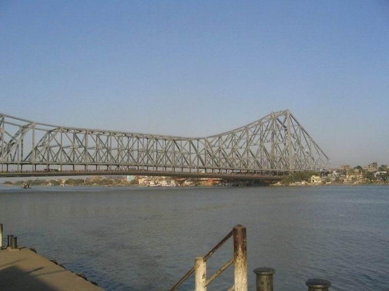 Мостом с самой высокой реальной пропускной способностью является мост Ховрах в индийском городе Калькутта через реку Хугли, впадающую в Ганг. Суточная норма моста - 4 миллиона пешеходов и порядка 150 000 единиц транспорта.