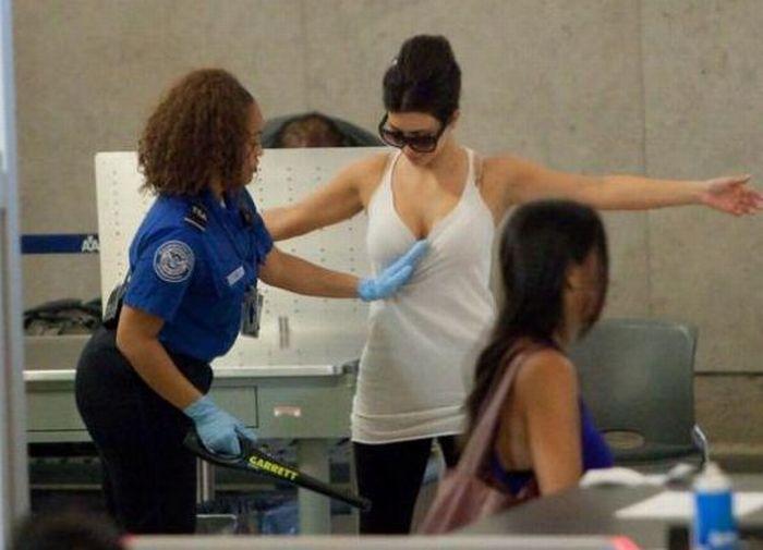 Как обыскивают в американских аэропортах (25 фотографий)