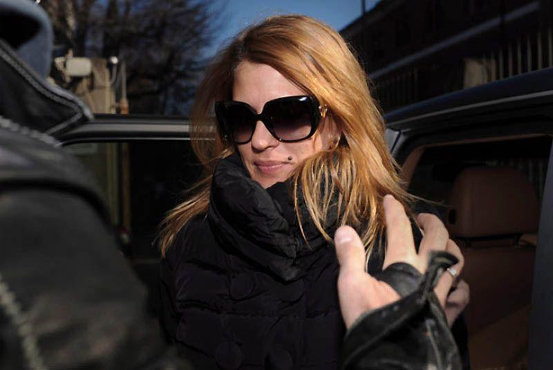 18. 28-летняя Надя Макри из эскорт-службы рассказала, что ей заплатили 10 тысяч евро за две ночи, проведенные с Берлускони на его вечеринках, где, по ее словам, «были толпы молоденьких девушек». По словам Нади, 74-летний Берлускони лично звонил ей, приглашая на вечеринку, при этом описывая себя как «мечту всех итальянок».