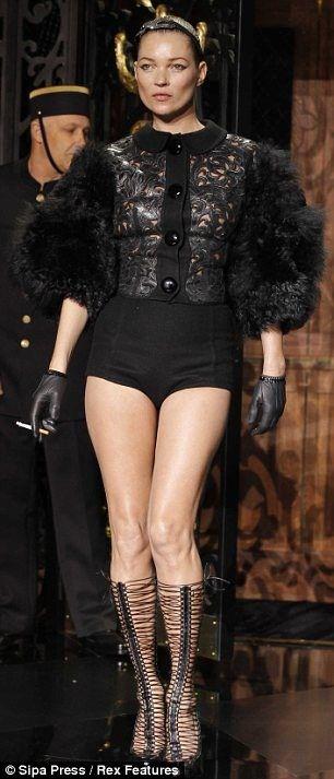 После появления Кейт Мосс на подиуме Louis Vuitton в Париже на прошлой неделе многие решили, что даже супермодели не могут избежать влияния гравитации или проклятия целлюлита. Но журналисты британской The Daily Mail попросили пятерых женщин от 26 до 56 лет воссоздать провокационную позу 37-летней Кейт и надеть ее наряд. А заодно распросили о секретах их красоты.