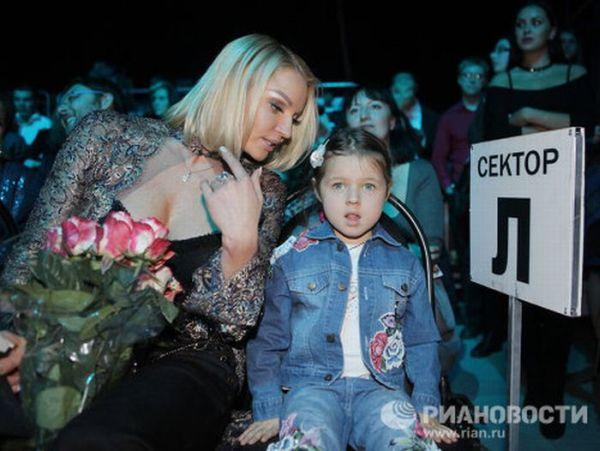 Звездные мамы со своими детьми (16 фотографий)