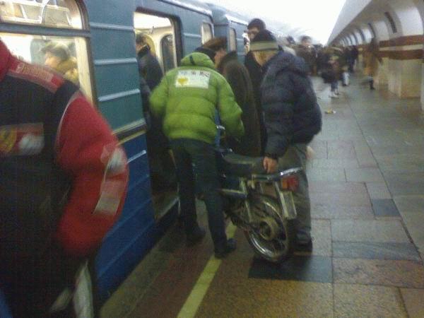 Мопед в метро