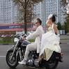 Молодожены на мотоцикле
