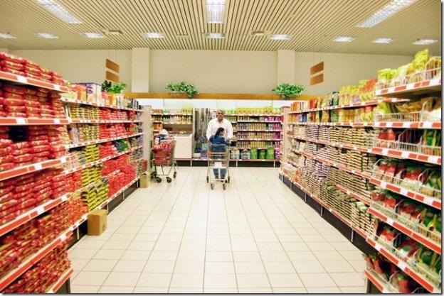 Сталкиваются два мужика в супермаркете