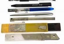 Средний этаж: передний слой: правый вертикальный у застежки<br> 31. Цанговый зажим с ластиком для стирания карандашных надписей<br> 32. Шариковые ручки, фломастеры<br> 33. Шариковая ручка с белилами для закрашивания надписей<br> 34. Коробка грифелей 2,2 мм<br> 35. Запасные лезвия к ножу для бумаг
