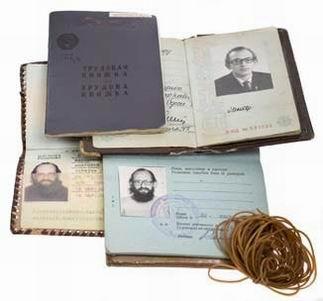 Средний этаж: левый полупотайной (застежка — под мышкой)<br> 68. Внутренний паспорт гражданина СССР с надпечаткой об украинском гражданстве<br> 69. Заграничный паспорт гражданина Украины<br> 70. Заграничный паспорт гражданина CССР с надпечаткой о гражданстве Украины<br> 71. Трудовая книжка<br> 72. Моток резиновых колечек для стягивания бумаг