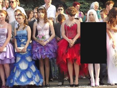 Очередная выпускница в необычном платье (6 фото)