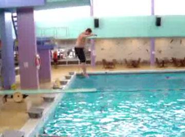 Мужик допрыгался на доске (video)