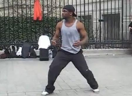 Невероятный танец уличного танцора в Париже (video)