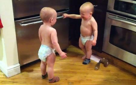 Позитив дня: Забавные близнецы (video)
